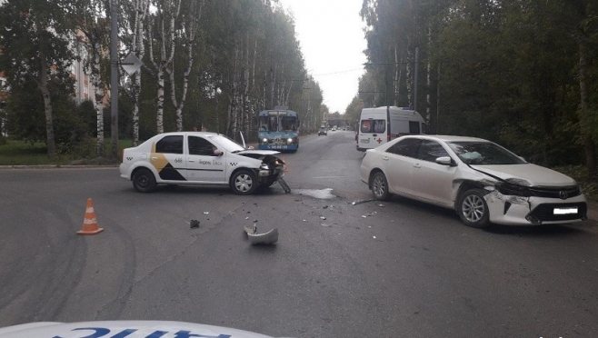 Таксист нарушил ПДД и протаранил Toyota