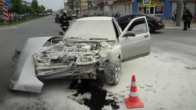 Сотрудники ДПС устанавливают обстоятельства ДТП, в котором сгорела машина