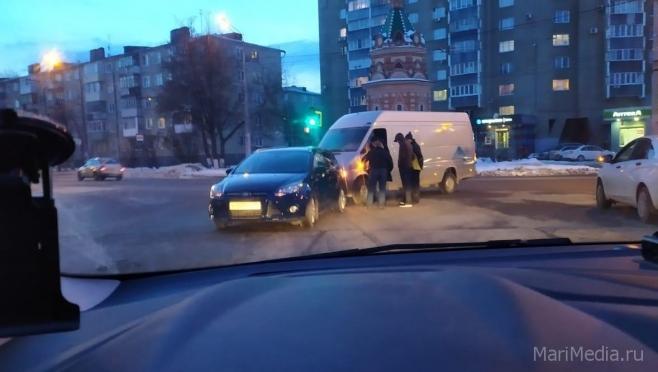 На перекрёстке Первомайской и Успенской столкнулись две машины