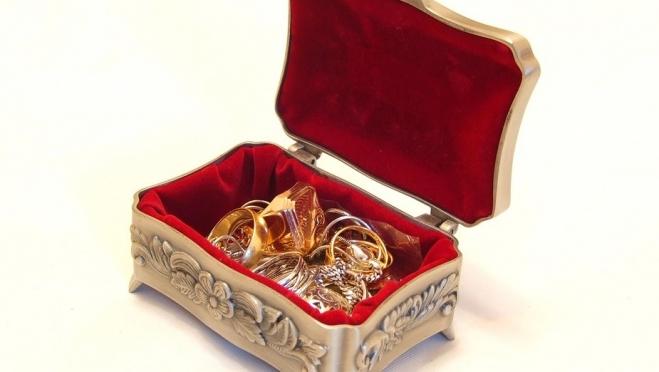 В Волжске квартирант беспрепятственно вскрыл сейф и поживился золотом