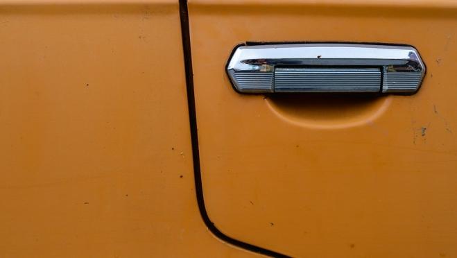 В Йошкар-Оле злоумышленники сняли с чужой машины двери