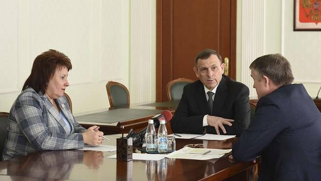 Александр Евстифеев проконтролировал подготовку к ЕГЭ и работу по патриотическому воспитанию молодёжи