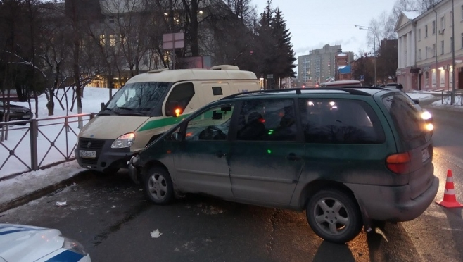 В Йошкар-Оле пьяный водитель врезался в инкассаторскую машину