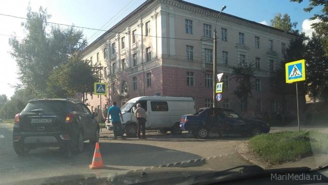 В Йошкар-Оле столкнулись три машины