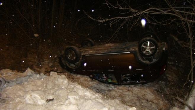 Неопытный водитель на иномарке врезался в ЛЭП и перевернулся в кювет