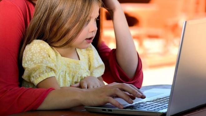 Минтруд предложил отменить пособия по уходу за ребёнком, если мать работает