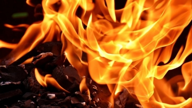 В Ургакше двое малышей выпрыгнули со второго этажа горящего дома