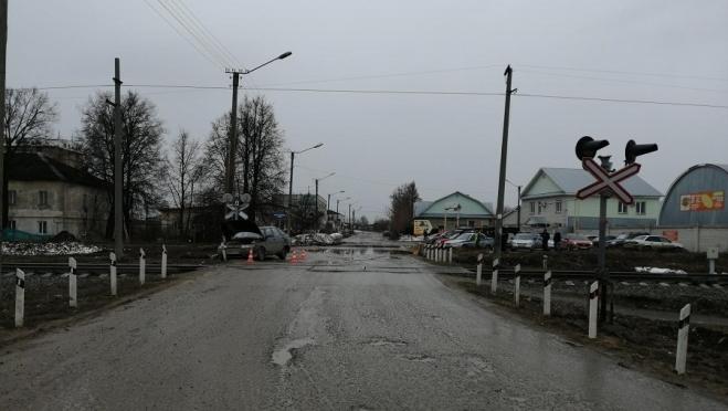 В Йошкар-Оле ВАЗ-2112 столкнулась с поездом