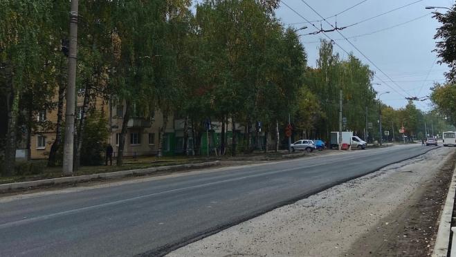 На улице Панфилова выравнивают асфальт