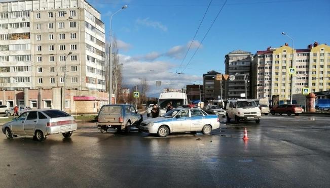 В Йошкар-Оле микроавтобус попал в ДТП, есть пострадавшие