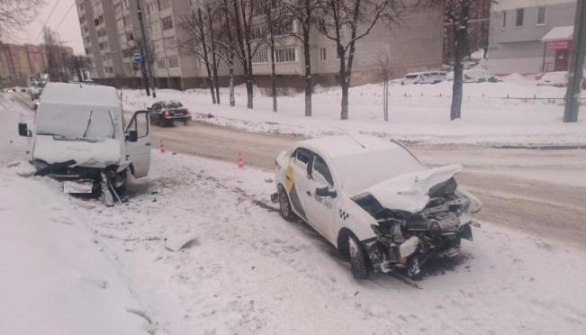 В Йошкар-Оле такси врезалось в маршрутку