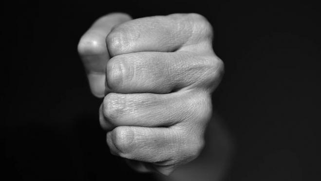 Житель Волжского района ударил девочку и оказался под следствием