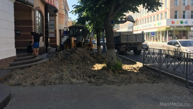 В Йошкар-Оле благоустраивают тротуары по улице Советской