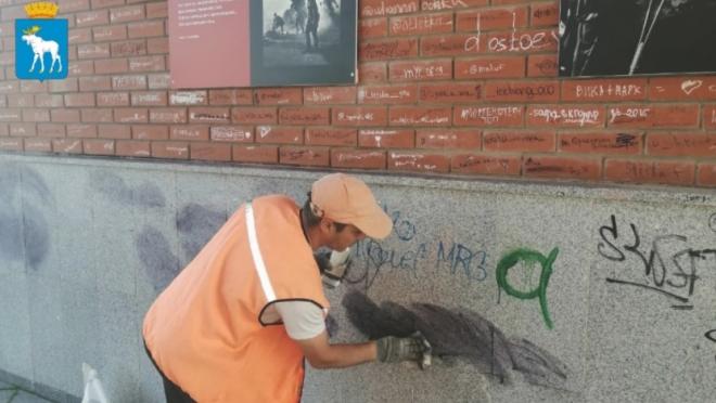 Набережную Йошкар-Олы очищают от художеств вандалов