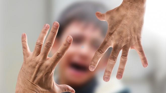 Жительница Казани напала с ножом на сыновей-близнецов 18+