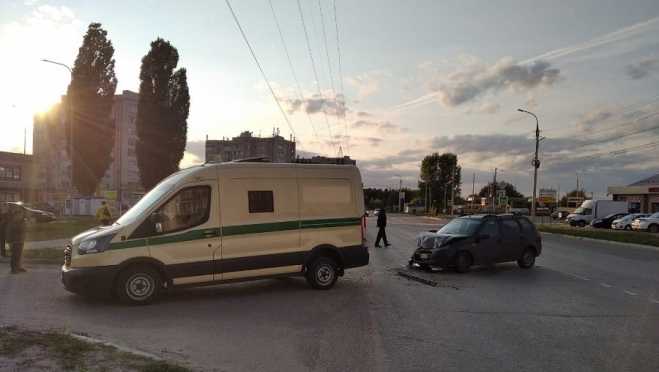Водитель инкассаторской машины устроил ДТП в Волжске