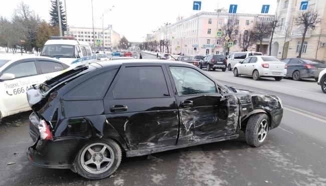 У здания Правительства Марий Эл 19-летний водитель устроил автомобильный коллапс