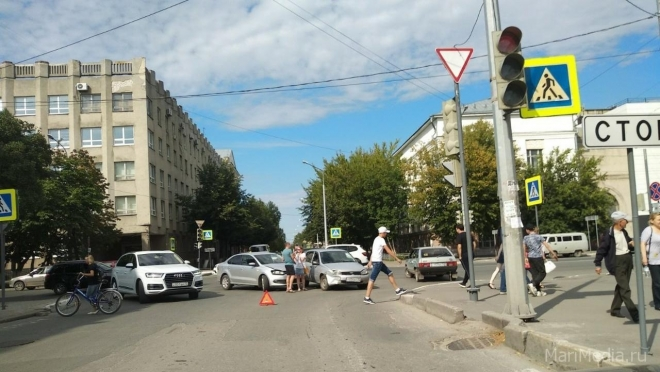 В Йошкар-Оле на перекрёстке столкнулись две машины