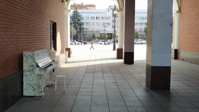 Пианино у Благовещенской башни перенесли  под арку галереи