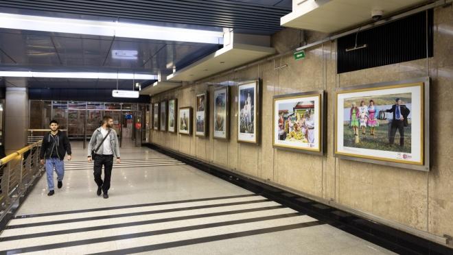 Московское метро украсили фото народа мари
