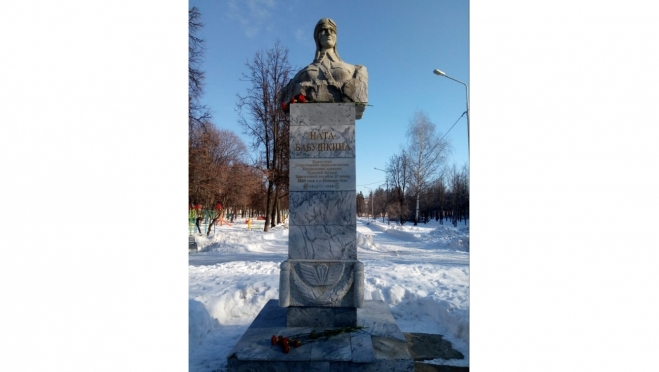 Юрий Минаков возложил цветы к памятнику Наты Бабушкиной