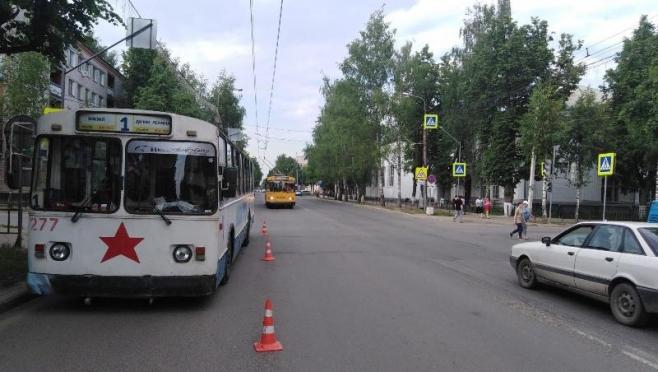 Сотрудники ГИБДД выясняют обстоятельства падения женщины в троллейбусе