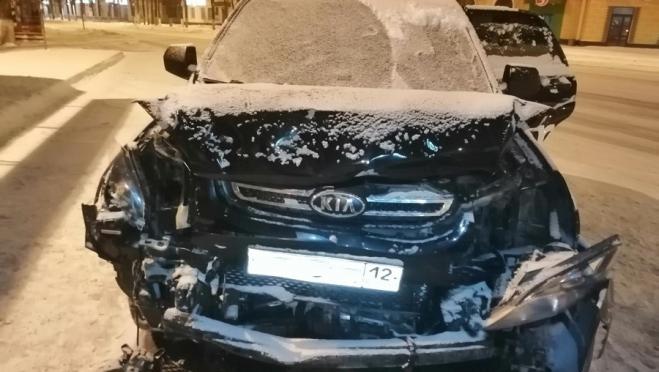 В Йошкар-Оле пьяная автоледи протаранила внедорожник и скрылась с места ДТП