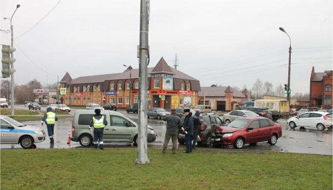 Водитель Lada Granta не успел проскочить перекрёсток на красный свет